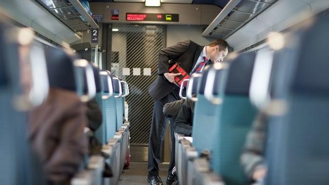Controlla da bigliets en il tren.
