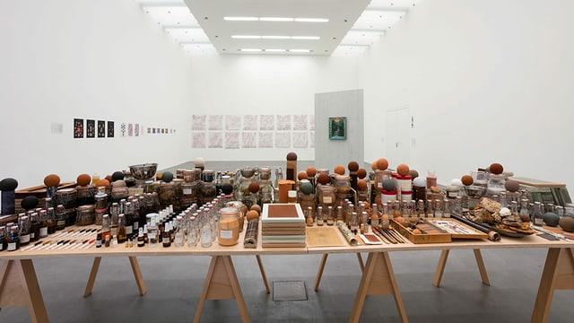 ein Tisch mit etlichen Fläschchen und Steinen und Tinkturen drauf