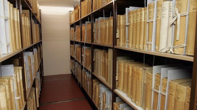 Historische Bücher und Dokumentensammlungen in langen Regalen