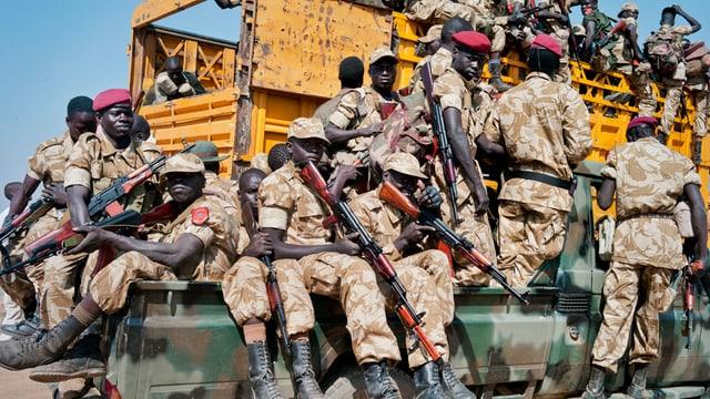 Truppas dal president Salva Kiir sa mettan sin via en il cumbat.