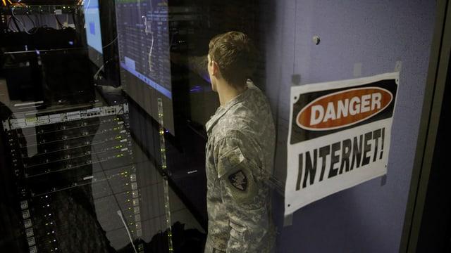 Ein Schild mit der Aufschrift «Danger Internet» klebt an einer Glastüre. Dahinter ein Rechenzentrum.