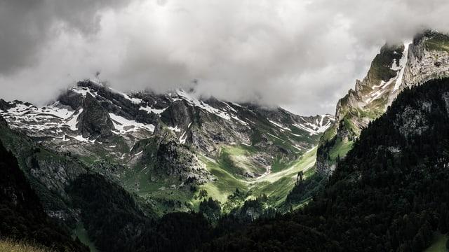 Bergpanorama im Nebel