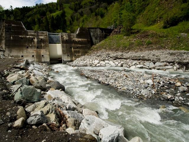 Der mächtige Geschiebesammler und der Fluss davor