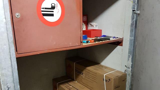 Blick in einen Tresor mit Sprengstoff. Rauchverbotszeichen.