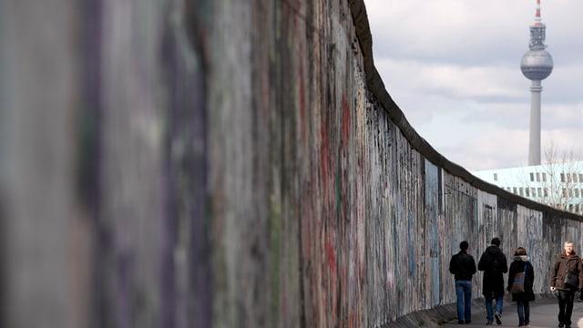 Ein Teil der alten Mauer, im Hintergrund ist der Berliner Fernsehturm