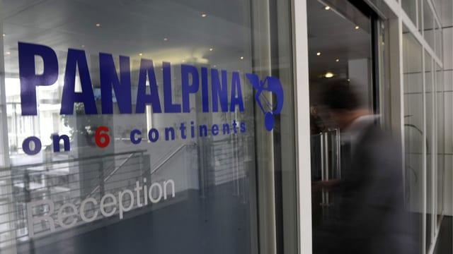Panalpina-Logo an der Eingangstür des Hauptgebäudes
