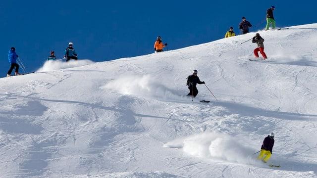 Leute, die Skifahren.