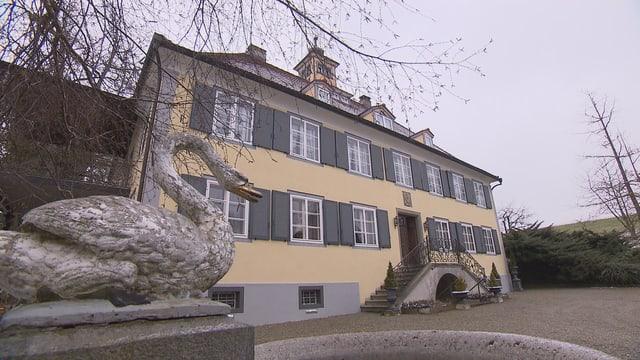Schloss Girsberg in Kreuzlingen mit dem Brunnen, den ein eiserner Schwan ziert.