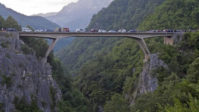 Eine Brücke 40 Meter über der steilen Schlucht des Moraca-Flusses.