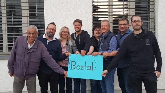 Mehrere Personen halten ein Schild mit dem Namen Böztal