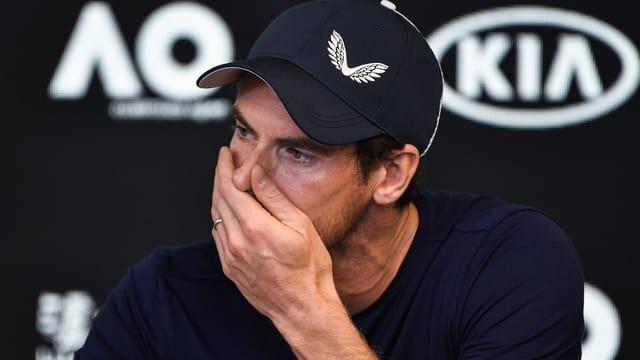 Andy Murray hält sich Hand vor den Mund