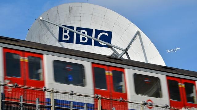Satellitenschüssel mit dem BBC-Logo