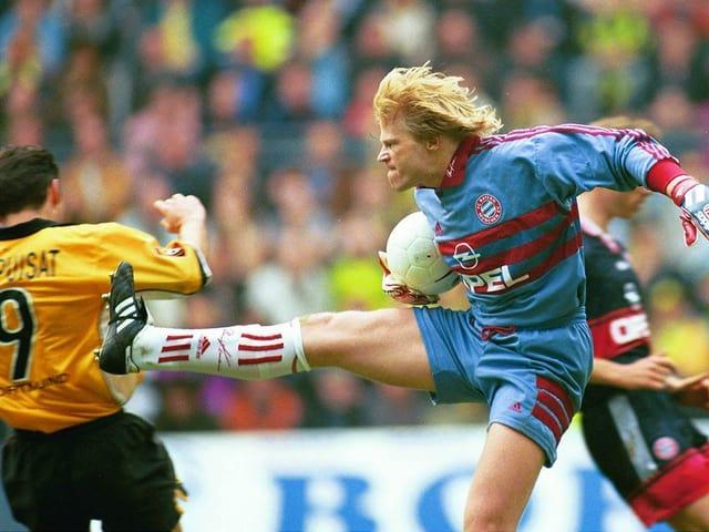 Oliver Kahn springt 1999 in Kung-Fu-Manier Stéphane Chapuisat entgegen.