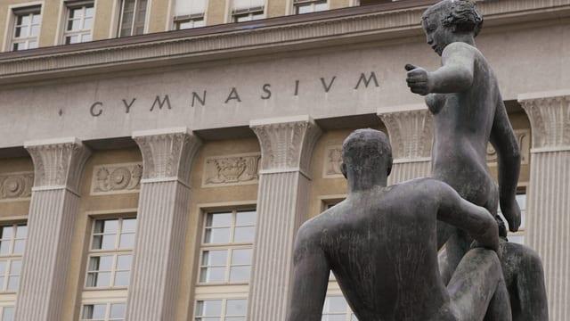 Haupteingang am Gymnasium Krichenfeld mit einer Statue im Vordergrund