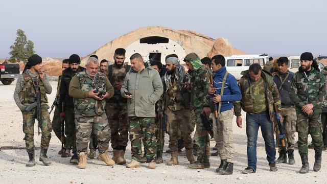 Uniformierte Männer mit Gewehren.