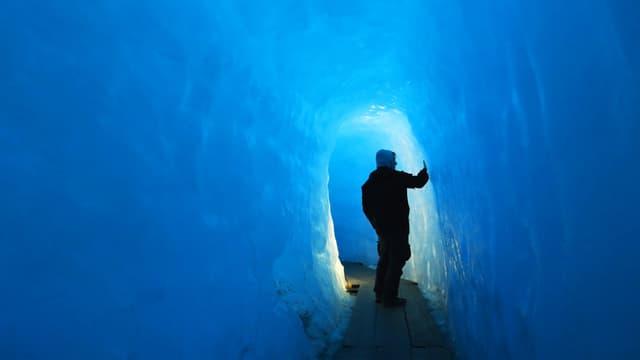 Ein Mann in einem Eistunnel.
