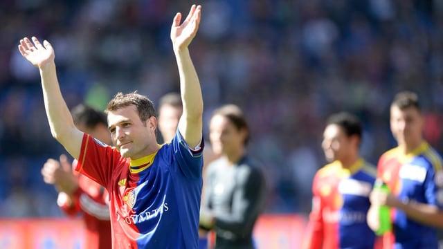 Alex Frei im FCB-Dress. Er steht auf dem Spielfeld, hält die Hände in die Höhe und hat einen Gesichtsausdruck, als wäre er emotional berührt.