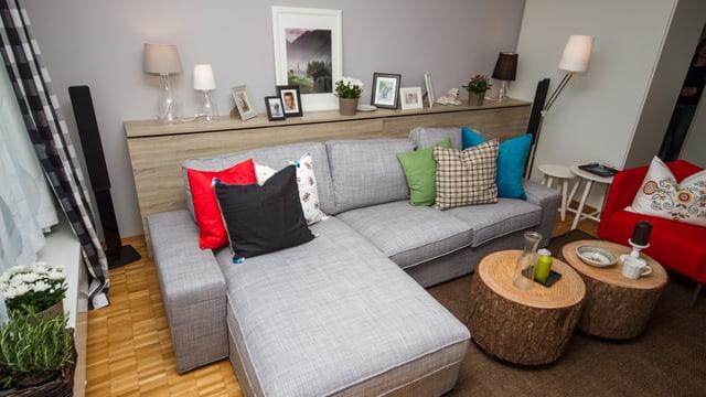 Das graue Sofa bildet den Mittelpunkt der neuen Sitzecke.