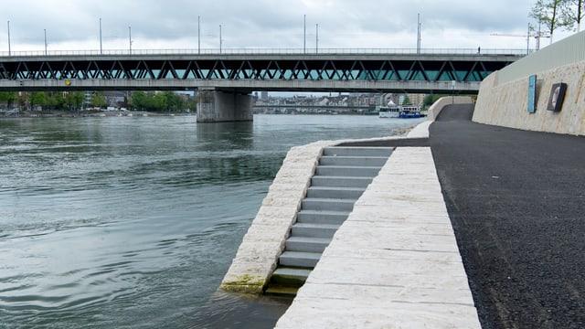 Die Dreirosenbrücke - vom neuen Rheinuferweg aus gesehen.