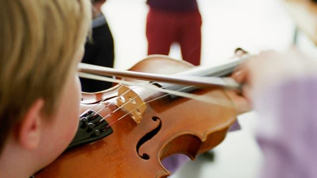 Geigespielendes Kind