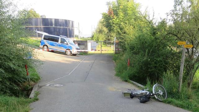 E-Bike liegt auf der Strasse. Im Hintergrund steht ein Polizeiwagen.