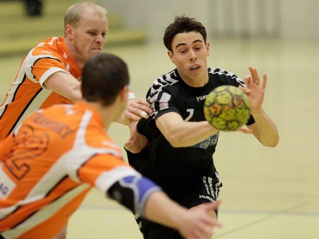 Forian Goepfert hat den Ball und kämpft gegen zwei gegnerische Spieler.