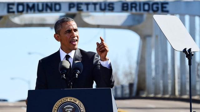 Barack Obama discurra en in microfon