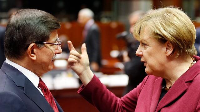 Angela Merkel (dre.) en discurs cun il primminister tirc Ahmet Davutoglu (san.).