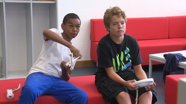 Zwei Jungen spielen mit der Nintendo Wii.