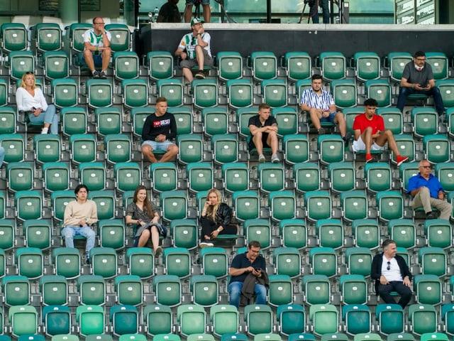 Vereinzelte Fans auf den Tribünen