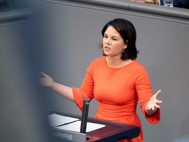 Annalena Baerbock spricht im Bundestag