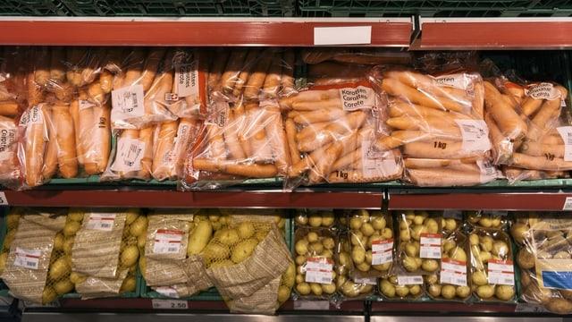 Abgepackte Karotten und Kartoffeln in einem Regal