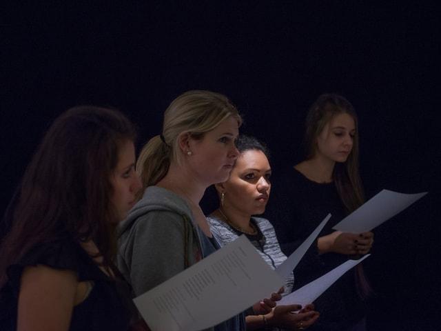 Sängerinnen mit Textblättern