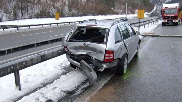 Unfallauto auf einem schneebedeckten Autobahnabschnitt