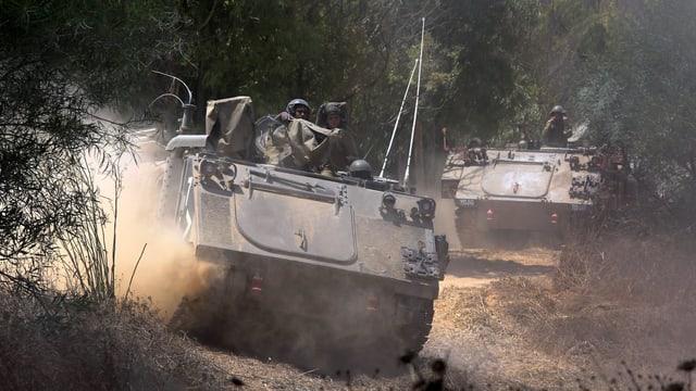 Israelische Panzer in voller Fahrt.