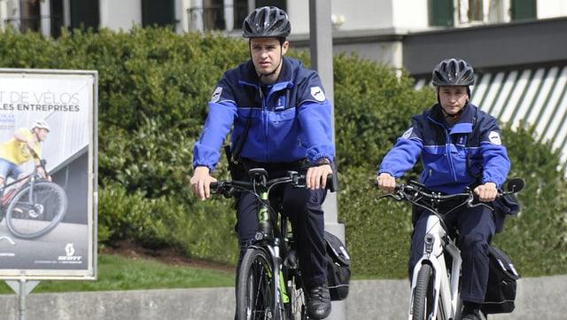 Zwei Freiburger Polizisten unterwegs mit dem E-Bike.