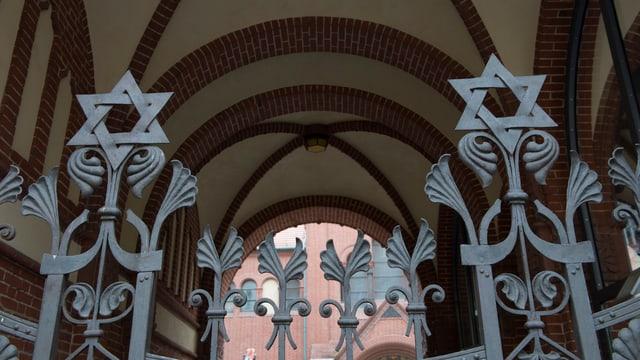 Purtret d'ina porta d'ina synagoga.