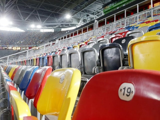 Leere Sitzreihen im Eishockey Stadion