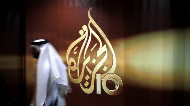 In collavuratur passa sper il logo da l'emettur katari Al-Dschasira a Doha, la chapitala da Katar, via.