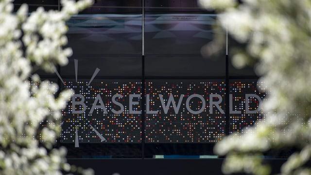 """Schriftzug """"Baselworld"""" und drum herum einige Blüten."""