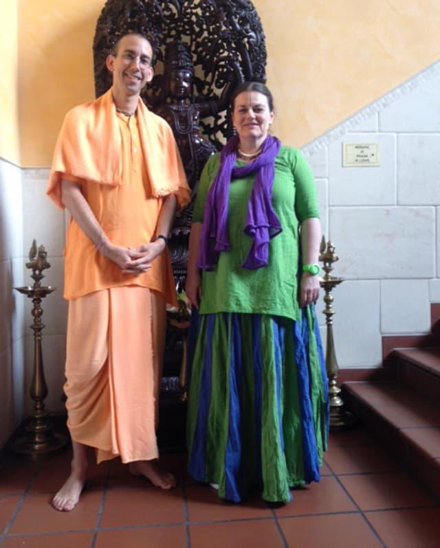 Ein Portrait von zwei Krishna-Anhänger.