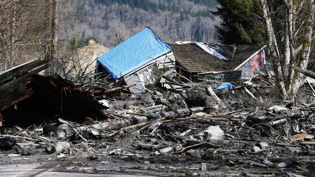Ein zerstörtes Haus, Schlamm und Trümmer auf einem Highway in der Kleinstadt Oso in den USA.