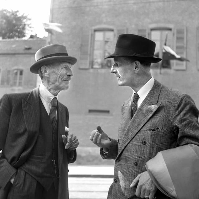 Zwei Männer unterhalten sich.