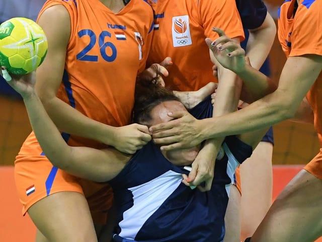 Gut getarnt: Der Argentinier Rocio Campigli auf dem Weg zu olympischem Gold im Mannschafts-Versteckis.