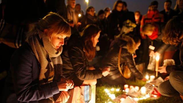 Flughafenpersonal zündet Kerzen für die Opfer an