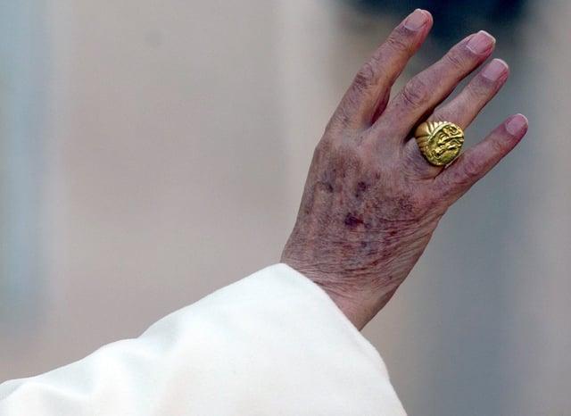 Der Petrusring an der Hand von Benedikt VI.