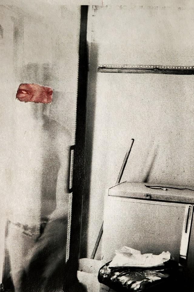 Ein verschwommenes Foto eines WCs und eines Mannes, der daneben steht.
