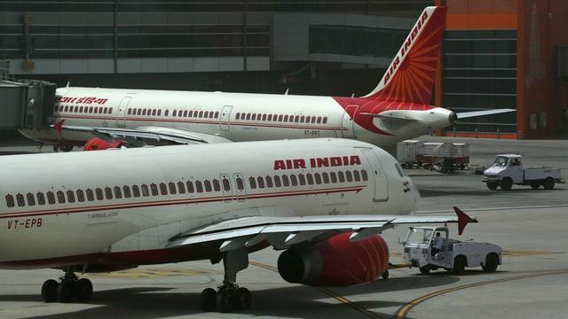 Zwei Air-India-Flugzeuge an einem Flughafen.
