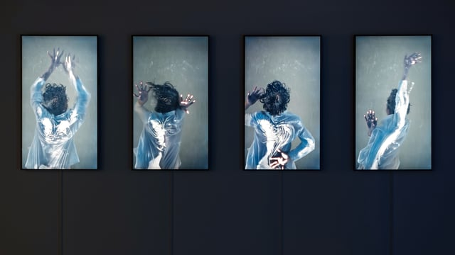 Vier hochformatige Bildschirme auf einem schwarzen Hintergrund. In jedem Bildschirm sieht man eine Frau von hinten, als ob sie auf einer Glasscheibe liegen würde.