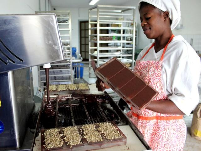 Schokoladenproduktion im jungen Unternehmen mon choco in Abidjan, Elfenbeinküste.